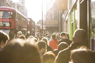 foule-passants-rue